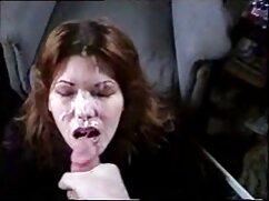 Mamá tetona se masturba el coño mientras está sentada en videos pornos gratis con maduras una silla