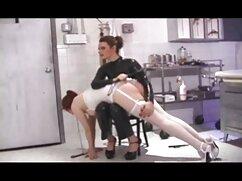 El masajista frota el cuerpo de la rubia con aceite y luego le masturba maduras lesbianas videos la entrepierna