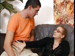 Delicada latina en minifalda satisfizo a dos hombres mujeres adultas peludas en el balcón