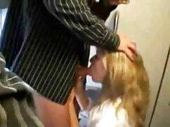 Máquina sexual golpea videos de incestos de maduras la vagina de una rubia con una bata rosa en la webcam