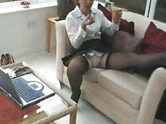 Modelo se burla de chicos con hermosas maduras amater españolas nalgas frente a una webcam