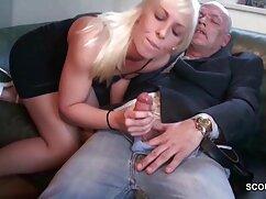 El señoras anal negro se folla en el sofá a una criada madura en medias