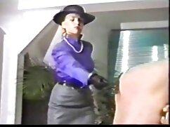 Belleza tetona despertó a su amante en la cama con videos pornográficos de maduras una paja