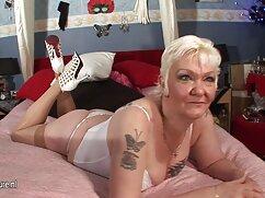 Rubia sexy sentada sobre una videos xxx maduras gran polla negra en la sala de estar
