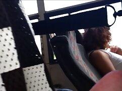 Un hombre videos de maduras desnudas con camiseta rosa se folla a una mulata y a una criada de pollón