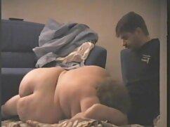 Morena envejecida folla anal pprno con maduras con un negro sentado en el suelo
