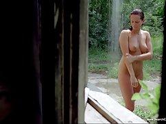 Una mujer videos caseros maduras infieles madura con un tatuaje en el hombro levanta el tronco de una hakhalya con los labios y se la mete en el coño