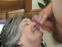 Vaquilla de plástico, quitándose las bragas, se sienta en un cordel transversal xxx con mayores