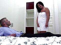 Un tipo con una gran peliculas x maduras polla le da por el culo a una hermosa chica en la calle