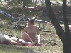 Una dama de culo exuberante se acaricia videos de maduras cojiendo en el sofá