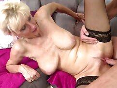 Mujer bonita monta el pene de un videos de maduras tetonas follando amante barbudo en el sofá