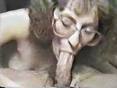 Mamá rusa con gorro de Papá Noel y tatuaje de mariposa sobre el ano videos pormos de maduras chupa y folla en la alfombra