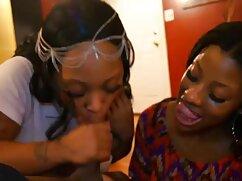 Milf con curvas masajea las tetas en el dormitorio videos de veteranas desnudas