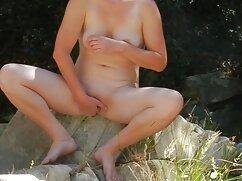Belleza delgada madres maduras rusas con labios grandes empuja su boca en un rayo de amor