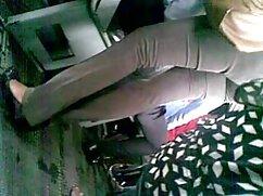 Una chica delgada se atraganta mujeres mallores follando con una gruesa polla de macho calvo y se la da por la raja en un sofá blanco