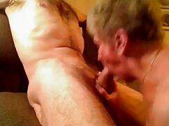 Rubia madura con un culo exuberante se videos de maduras desnudas entrega a dos hombres de 40 años