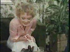 Un amante fríe una muñeca pelirroja con un vestido rosa en un videos pornograficos de mujeres maduras estacionamiento subterráneo