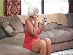 Joven flaca con cabello largo juega con diferentes xxz maduras juguetes sexuales en el sofá