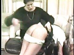 Negro se folla a una videos madres maduras rubia culona en un sofá blanco
