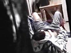 Sammy Brooks se masturba en un sofá amarillo videos de tias maduras