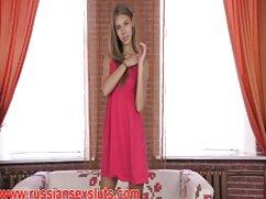 Jóvenes bellezas se divierten con un enorme consolador en el videos de maduras rubias sofá
